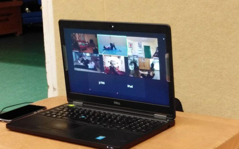 Laptop mit Video-Stream Frauenfitness